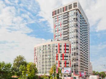 В 10-этажной секции квартиры отличаются интересными планировками - в них присутствуют оригинальные полукруглые комнаты с панорамными окнами